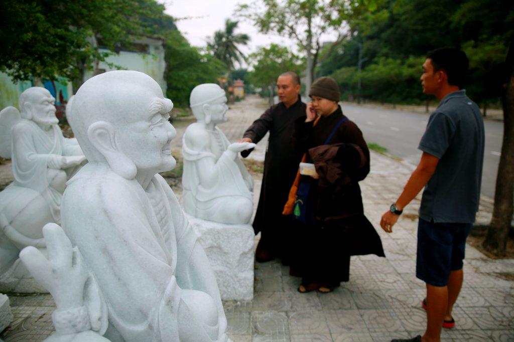 Đại Đức Thích Đạo Thịnh bên các pho tượng La Hán tại làng chế tác đá Non Nước.