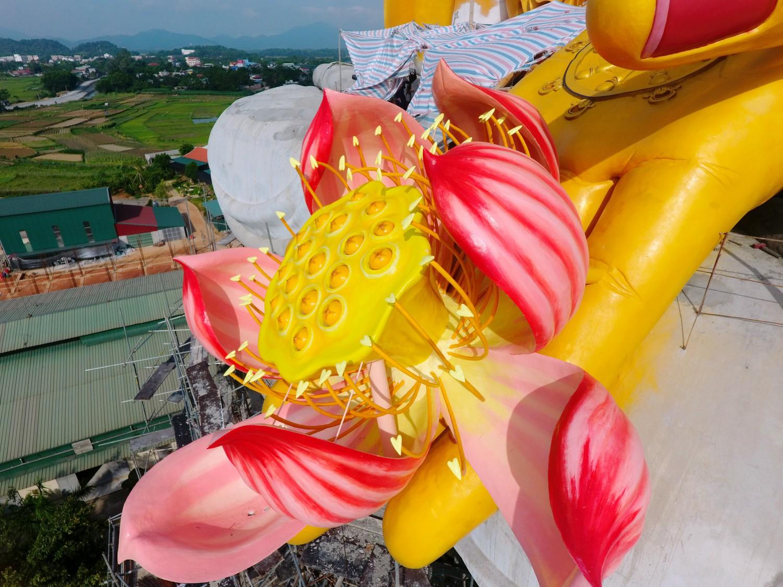"""Cận cảnh đóa sen trên cánh tay tiếp dẫn của đại tượng Phật A Di Đà """" vì hòa bình thế giới"""" chùa Khai Nguyên - Sơn Tây - Hà Nội."""